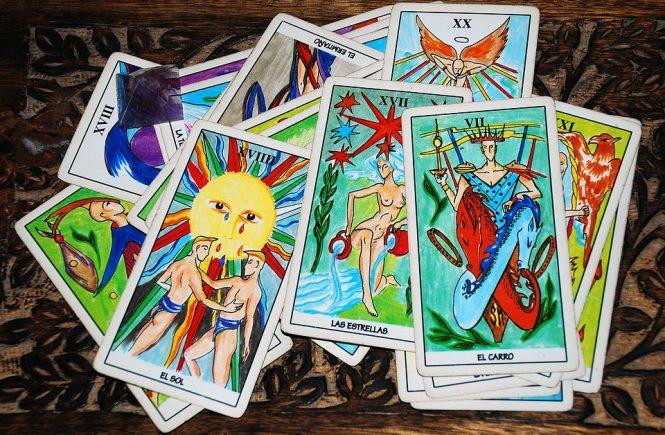 la astrología y el tarot.